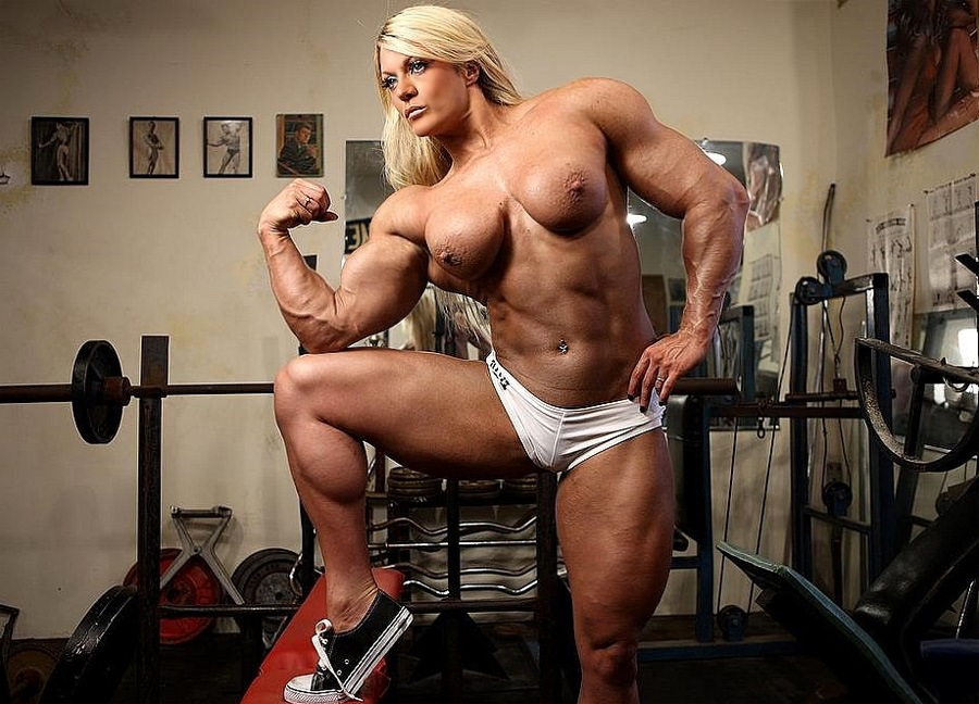 Massive Blonde Female Bodybuilder Loves Working Out Naked -1625